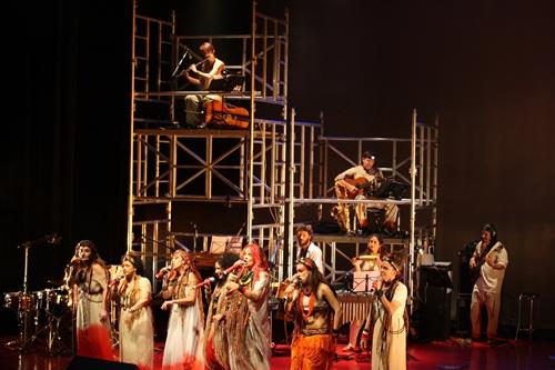 Cenário deslumbrante do show Rupestres Sonoros: andaimes e projeções. Foto: Flavio Florido